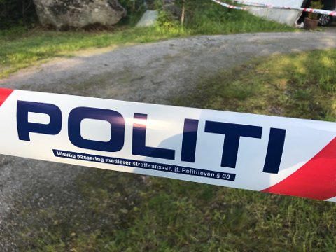 Politiet har satt opp sperringer rundt to hus på Kolltveit.