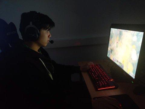Tommy Le (19) er ikke spesielt kjent i Bergen, men hevder seg i verdenstoppen innen e-sport.