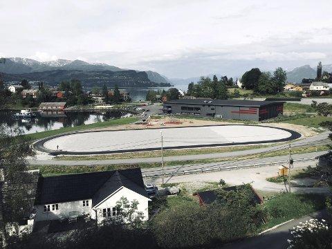 Den nye rulleskøytebanen ligger idyllisk til på Vikøyevjo like utenfor Norheimsund, med utsikt til Hardangerfjorden. Den offisielle åpningen er onsdag kveld.