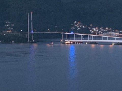Dette bildet viser at båten krasjet like i nærheten av åpningen, hvor den kunne passert under broen.