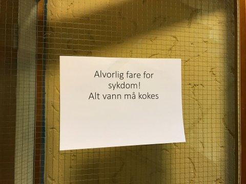 Det henger flere advarsler på rådhuset på Askøy.