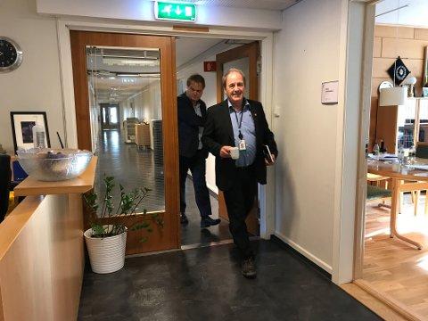 Ordfører og rådmann på vei inn i krisemøte for å få en siste oppdatering fra vannetaten.
