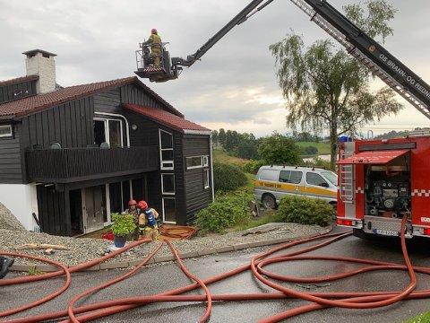 Det ble store skader i første etasje, ifølge brannvesenet.