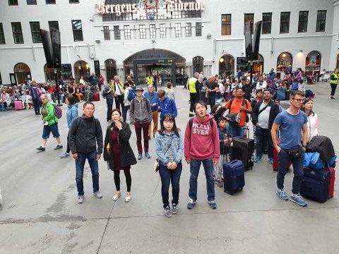 Mange passasjerer ble stående og vente på togstasjonen.