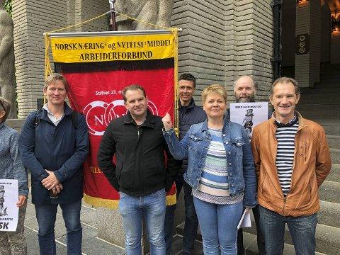 Jarle Wilhelmsen  og Vigdis Vestvik sammen med noen av de streikende utenfor Tingretten i Bergen da saken gikk. Nå kan de endelig smile bredt.