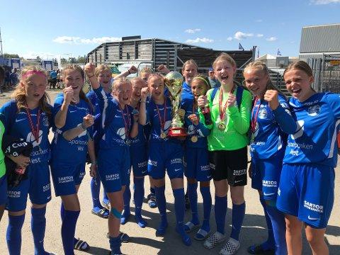 Sotras jenter 13/14 spiller til daglig i J14-serien i Bergen. Fredag kunne de juble for sin aller første Norway Cup-seier.