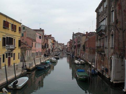 Å ta seg et bad i kanalene i Venezia kan bli en dyr fornøyelse. Det har to unge kvinner fra Bergen fått erfare.