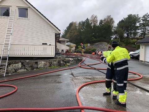 Brannvesenet slukket en brann i en tomannsbolig i Alverstraumen torsdag ettermiddag.