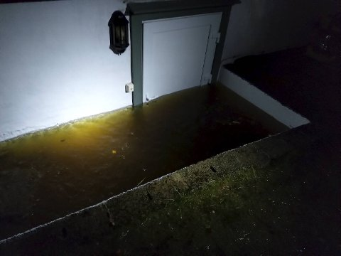 I løpet av kvelden dannet det seg et basseng utenfor døren til kjellerleiligheten.