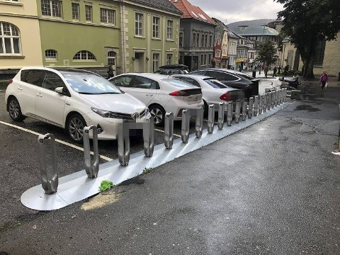 Lite plass til sykler ved de nye bysykkelstativene.