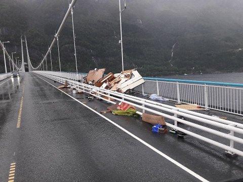 Campingvognen ble knust til pinneved da den ble tatt av vinden på Hardangerbrua.