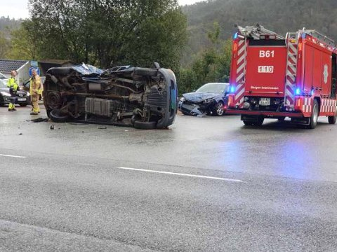En varebil ble liggende på siden etter ulykken.