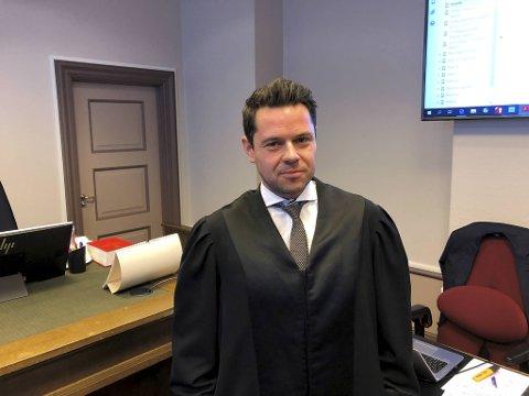Advokat Erik Ulvesæter representerer bilselgeren som er tiltalt for grovt underslag og grovt bedrageri.