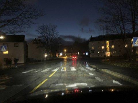 Bare lys fra frontlyktene lyser opp veikrysset mellom Hagerups vei og Birkeveien.