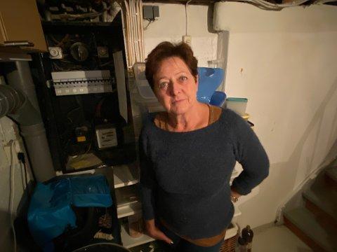 Lillian Dyrnes (61) nekter å bytte ut strømmåleren i sikringsskapet med en såkalt smart måler, en ams-måler, og viser til det hun - i likhet med andre som protesterer – mener utgjør helserisiko på grunn av stråling.