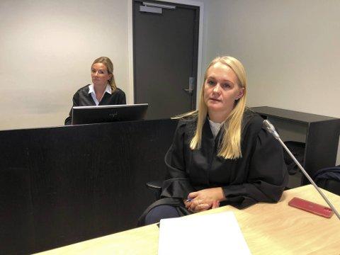 Statsadvokat Kristine Herrebrøden. I bakgrunn bistandsadvokat Ellen Eikeseth Mjøs.