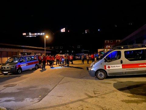 Røde Kors og Norske Redningshunder rykket ut for å bistå politiet.