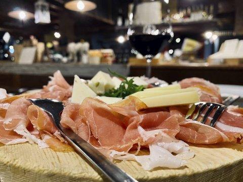 God skinke og rike oster er alltid med på tapasbordet. Så mye mer trenger du heller ikke når du skal by gjestene på et glass vin – eller sherry!