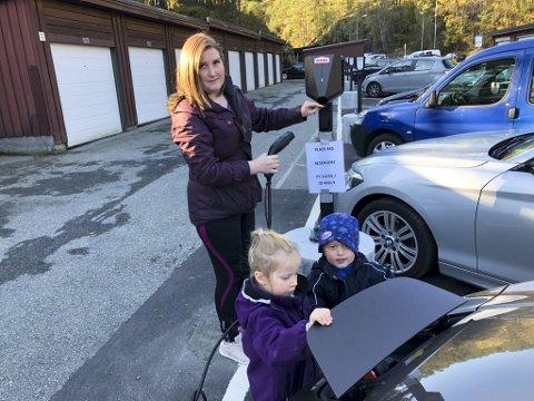 Alicia Nilsen har hatt Nissan Leaf i et par år. Nå har hun inngått lade-abonnement med Ohmia Charging, slik at hun kan lade på sin egen parkeringsplass hjemme. Marion Nilsen (4) og Cristiano Nilsen (2,5 år) hjelper til så godt de kan.