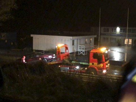 Politiet mener det var mindreårige som kjørte bilen som havnet i autovernet på Tjeldstø i Øygarden søndag kveld.