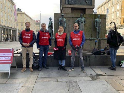Karl Thomas Brinch, streikeleder Knut Arne Wensaas, Marianne Iden og Thomas Antoniazzi sto på Torgallmenningen mandag for å fortelle byens befolkning om hvorfor de streiker.