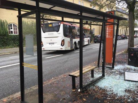 Busskuret ble ødelagt da en buss skulle kjøre ut fra holdeplassen.