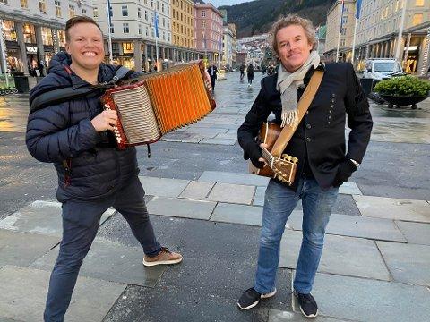 Torader mot gitar. Slik avsluttes den siste Norge rundt-sendingen til Hans Andreas Solbakken. Her, sammen med gatemusikanten Rich Alexander.
