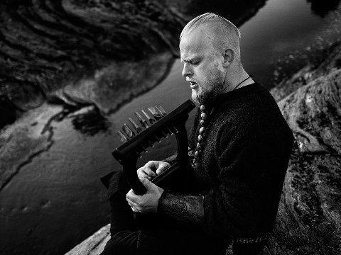 "Einar Selvik har komponert originalmusikken til det nye spillet ""Assassain's Creed Valhala""."
