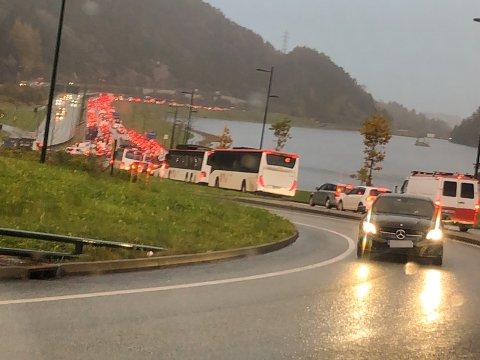 Det er mye kø i Bergen etter at Damsgårdstunnelen ble stengt på grunn av oljesøl mandag morgen.