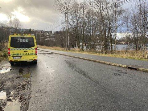 En kajakkpadler havnet i Nordåsvannet søndag ettermiddag. Vel tilbake på land fikk mannen bistand av ambulansepersonell.