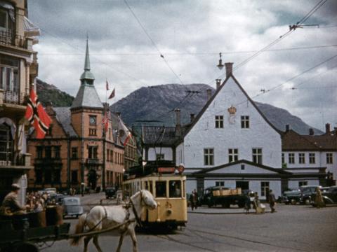 Klipp som dette, fra Rådstuplass år 1950 blir å se i dokumentaren, som består av arkivklipp, personlige fortellinger og musikk fra bergensmusikere.