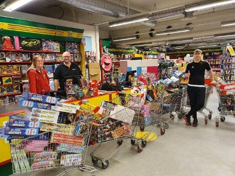 Med hjelp av rabatt fra de ansatte i lekebutikken, kunne Sander Håpoldøy (14) og hjelperne hans handle gaver til en verdi av 60.000 kroner.