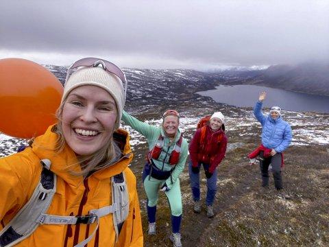 Elisabeth Drægebø (30), Oda Stendebakken (32), Tine Louise Trøen (30) og Helene Kinge (30) feirer på Filefjell.