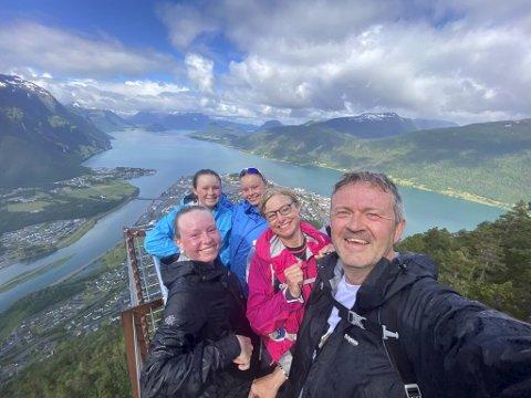 Snart skal denne Askøy-familien ta farvel med norske fjorder og fjell. Johan Kvalheim (foran) med Rose Marie og døtrene Anna (13), Stina (16) og Mari (18), her på tur i Åndalsnes.