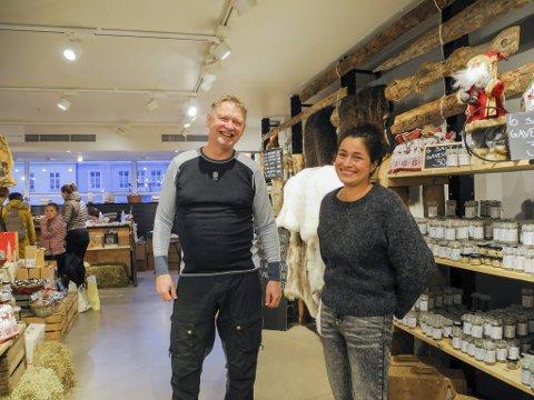 Matprodusent Svein Eikenberg og Gina Paola Ulland står til vanlig på hver sin bod på julemarkedet. I år arrangerte de en alternativ versjon sammen. Det ble en suksess. Likevel ser de nå frem til å komme seg tilbake til Festplassen neste år.