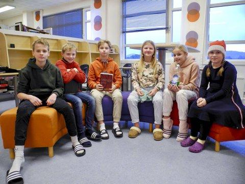 6.klassinger ved Hjellestad skole oppsummerer året 2020, og har laget egen skoleavis om det. Fra venstre: Patrick Kobbeltvedt Olsen (11), Markus Midtbø-Nilsen (11), Marcus Svanbring Hetland (11), Leonora Svanevik (11), Julie Iversen Århus (11) og Pernille Bruun (11).