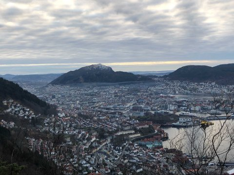 Lørdag lå det et luftlokk over Bergen. Luftforurensningsnivået lå på et moderat nivå i enkelte områder.