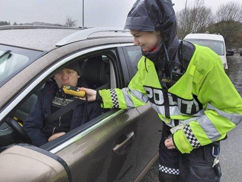 Gullsmed Tom Jørgensen er på vei til jobb, men har ingenting imot å blåse når politibetjent Jeanett Marthinussen ber om det.