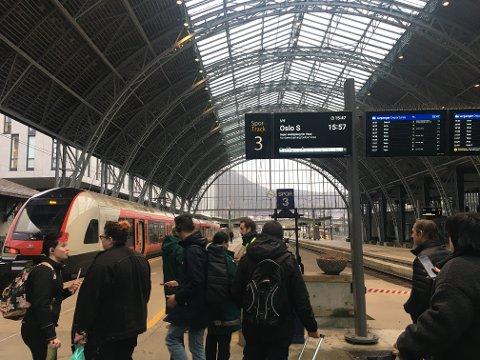 Flere passasjerer venter på togstasjonen. Toget som skal til Oslo i fire-tiden er innstilt.