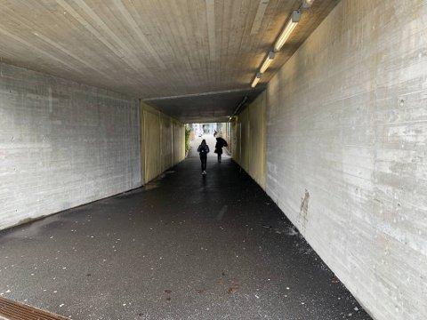 Natt til lørdag skal en mann i begynnelsen av 20-årene ha blitt slått ned i denne gangtunnelen ved Åsane terminal.