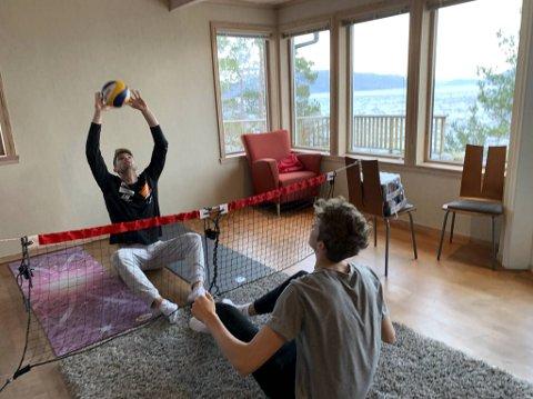 Hjemme i stuen trener Anders Mol (t.v.) sammen med lillebror Markus Mol for å holde formen ved like.