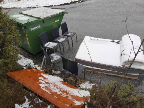 Noen velger lettvinte løsninger, som å dumpe bosset sitt her i krysset ved Hillesvåg Ullvarefabrikk i Alver kommune. Stoler, en seng og en krykke lå  strødd søndag ettermiddag.