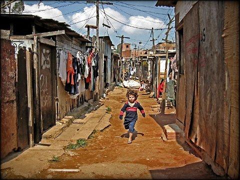 Koronafaren er stor i verdens slumbyer, som her i favelaen Morro do Macaco (apekattens berg) utenfor São Paulo, hvor CARF er aktive.