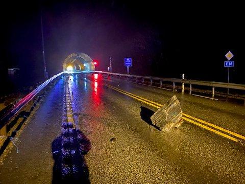 Steiner raste ut på E16 ved Dalseidtunnelen i Vaksdal i morgentimene søndag og påførte også tunnelmunningen skader.