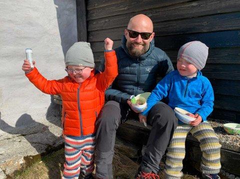 Fornøyde gutter: Aasmund Svendseid Kobbeltvedt, pappa Jostein  Hole Kobbeltvedt og Halvor Svendseid Kobbeltvedt har nettopp avsluttet påskeeggjakten på Ulriken.