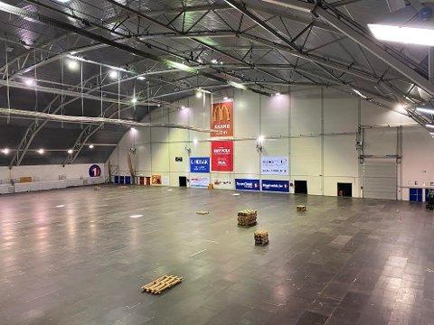 To-tre dager tar det vanligvis å legge gulvet som blir brukt til messer i Vestlandshallen, som fremover skal benyttes til drive in-kino. Ifølge Åsane Fotball, som la gulvet denne gang, brukte de fire timer.