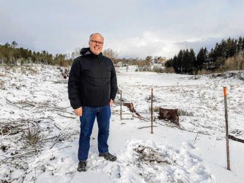 Øyvind Sæthre fremfor marken på Austrheim som han ønsker å leie ut, slik at flere kan dyrke sin egen mat. «Sæthre gård og kolonihager» ligger en liten spasertur fra senteret Mastrevik Torg.