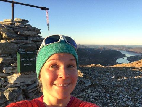 Viktorija Vaitukaitiene på toppen av Skåldalsnipa i Arna. Denne turen gir 30 poeng i Bergen og Hordaland turlags nye konkurranse.