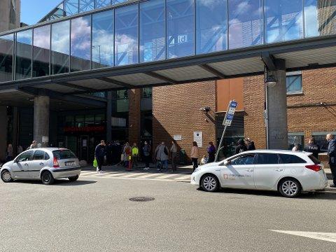 Det var mange som skulle handle inn drikkevarer til 17. mai på Bergen Storsenter fredag ettermiddag.