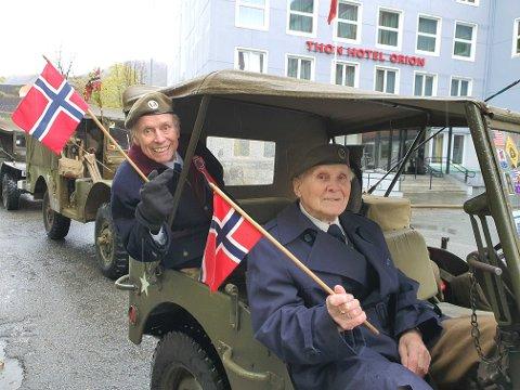 Georg Andreas Skarholm  og Rolf Thistel smiler bredt til tross for at feiringen ble et antiklimaks.